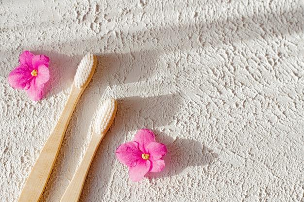 Escovas de bambu em um espaço de cópia de superfície branca. preocupação com o meio ambiente. escova de dente.