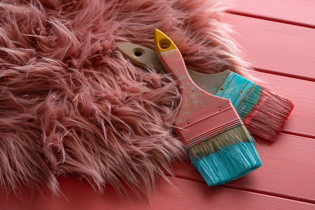Escovas de cor coral e turquesa na madeira