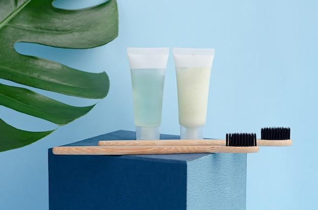 Escovas de dente de bambu com creme dental orgânico