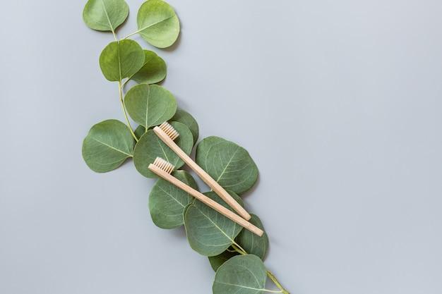 Escovas de dente de bambu natural eco plana leigos em fundo cinza