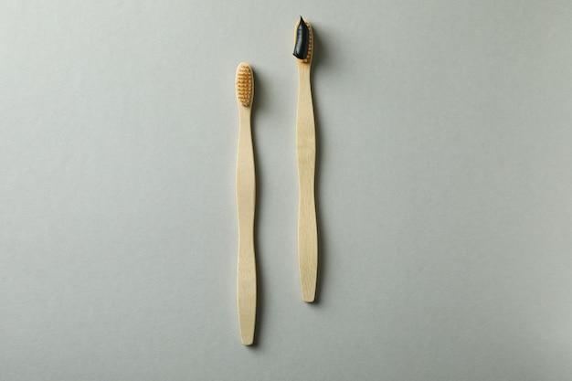 Escovas de dente de madeira ecológicas em fundo cinza