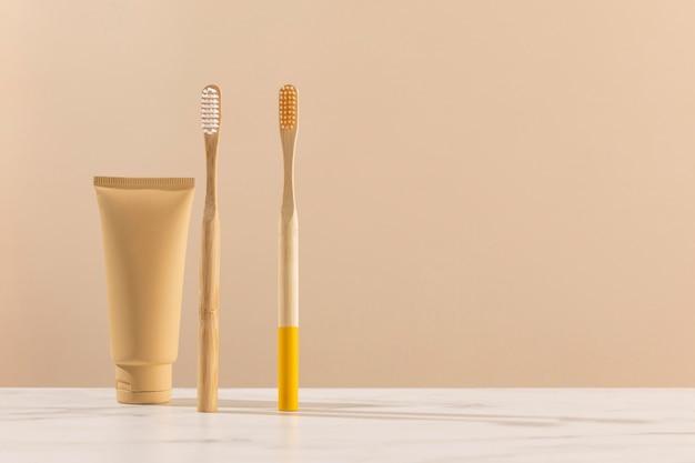 Escovas de dente e recipiente de creme