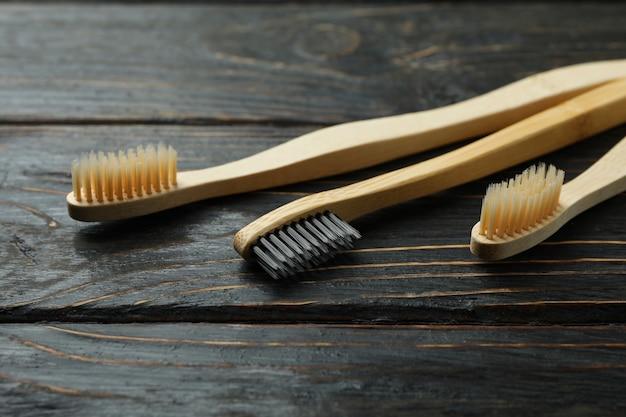 Escovas de dente ecologicamente corretas em fundo de madeira rústico