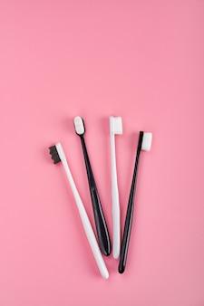 Escovas de dente elegantes na superfície rosa