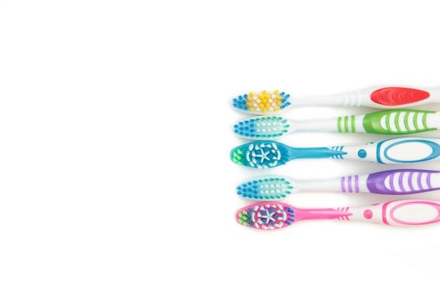 Escovas de dente isoladas em fundo branco