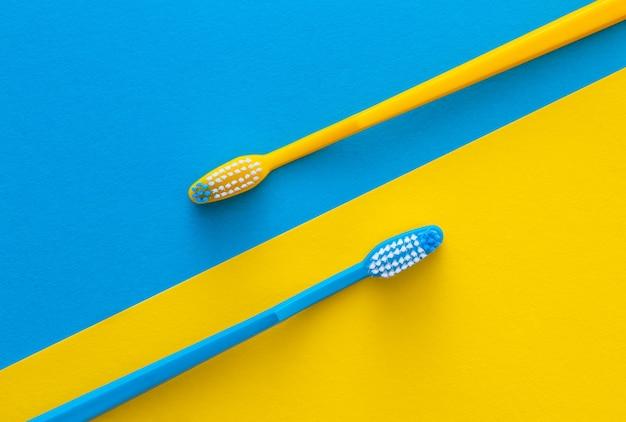 Escovas de dentes amarelas e azuis