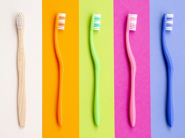 Escovas de dentes coloridas em fundo colorido