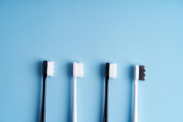 Escovas de dentes com cerdas macias da moda. escovas de dentes populares. tendências de higiene.