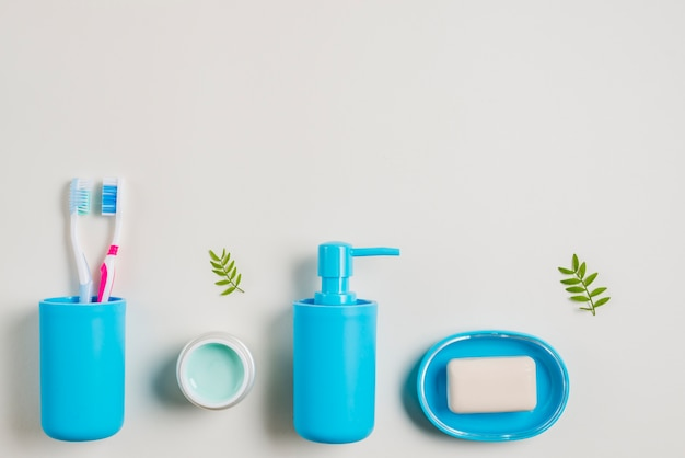 Escovas de dentes; creme; dispensador de sabão e sabão em fundo branco