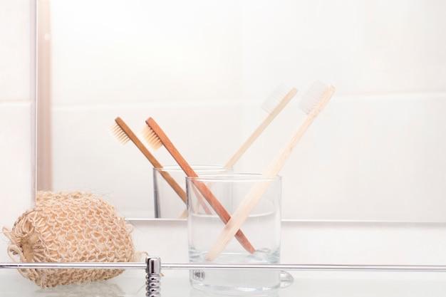 Escovas de dentes de bambu em uma prateleira no banheiro
