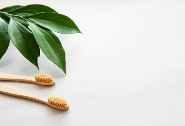 Escovas de dentes de bambu natural em fundo cinza