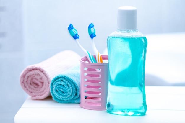 Escovas de dentes e enxaguatório bucal no banheiro para higiene bucal, saúde dos dentes e gengivas. cuidados com os dentes.