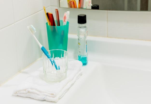 Escovas de dentes e no banheiro