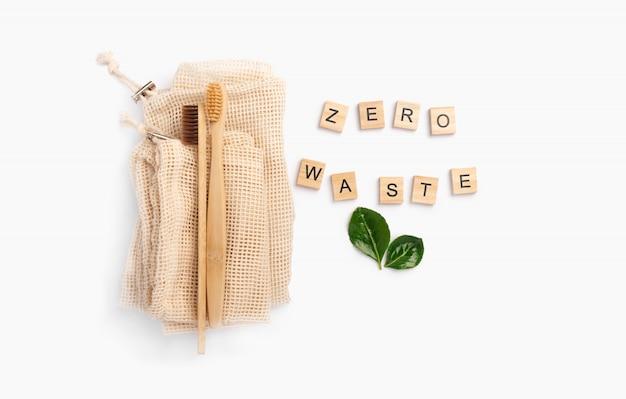 Escovas de dentes e saco de algodão de bambu no fundo branco com espaço da cópia. responsabilidade socioambiental. conceito amigável de eco, zero desperdício, reciclagem, ecologia.