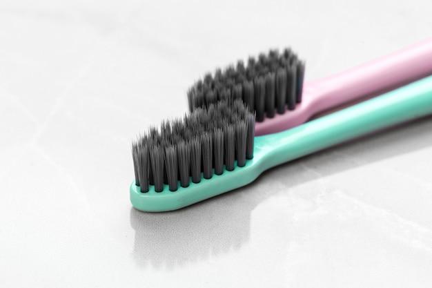 Escovas de dentes em cima da mesa