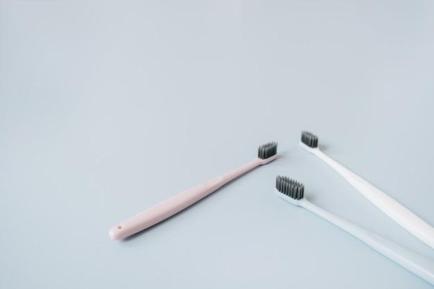 Escovas de dentes em fundo azul. cuidados bucais, conceito de higiene dental.