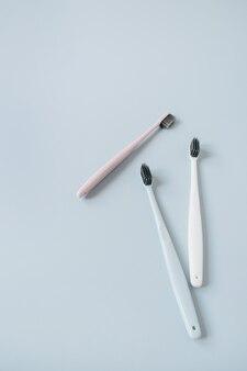 Escovas de dentes em fundo azul. postura plana, cuidados bucais de vista superior, conceito de higiene dental.