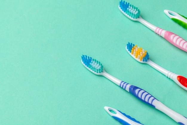 Escovas de dentes em fundo azul