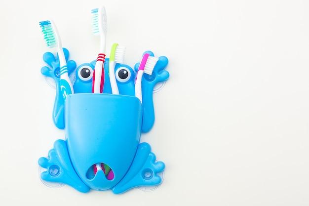 Escovas de dentes em fundo neutro. conceito de higiene familiar.