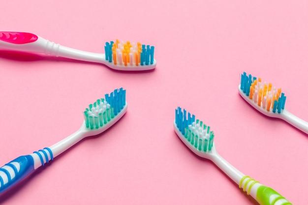Escovas de dentes em rosa