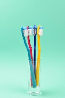 Escovas de dentes em um fundo verde. espaço para texto ou desenho.