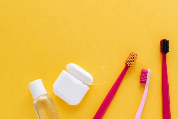 Escovas de dentes, fio dental, enxaguatório bucal