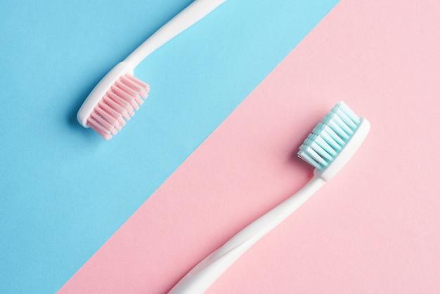Escovas de dentes na mesa de cor