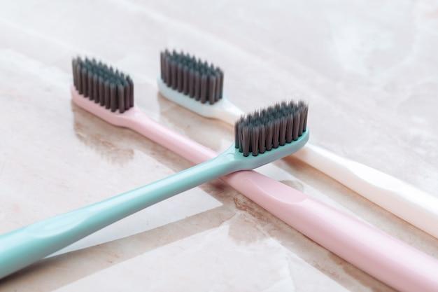 Escovas de dentes na mesa