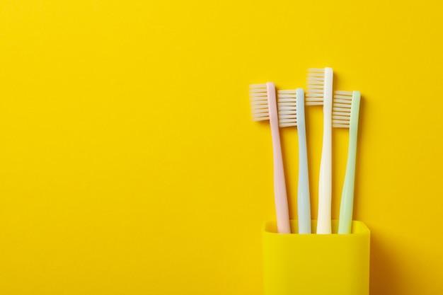 Escovas de dentes na superfície amarela