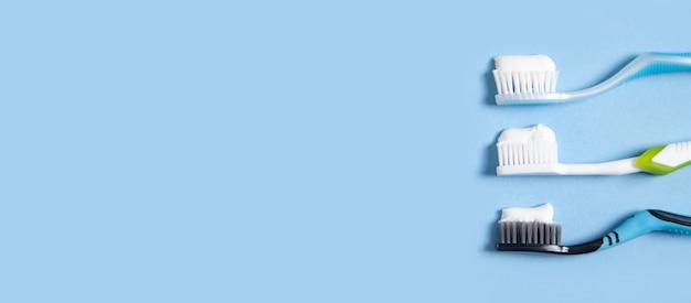 Escovas de dentes no fundo azul. espaço para o seu texto