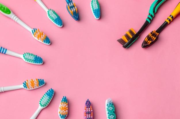Escovas de dentes no fundo rosa