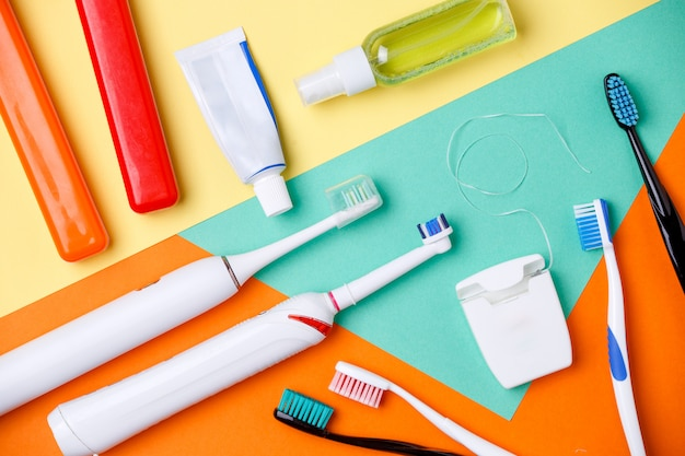 Escovas de dentes, tubos de pastas, fio dental