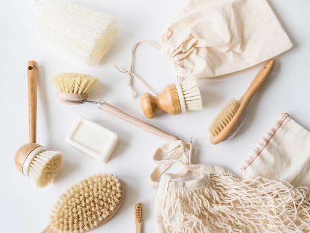Escovas de lavar louça, escovas de dentes de bambu, sacos reutilizáveis.