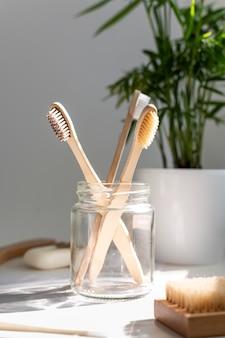 Escovas de madeira em arranjo de jarra