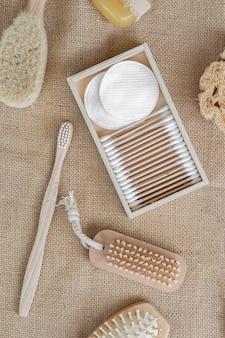 Escovas de vista superior e arranjo de almofadas de algodão