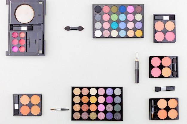 Escovas e maquiagem multicoloridas profissionais