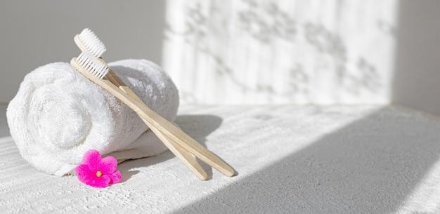 Escovas e toalhas de bambu. luz e sombras. tratamento de spa. preocupação com o meio ambiente.
