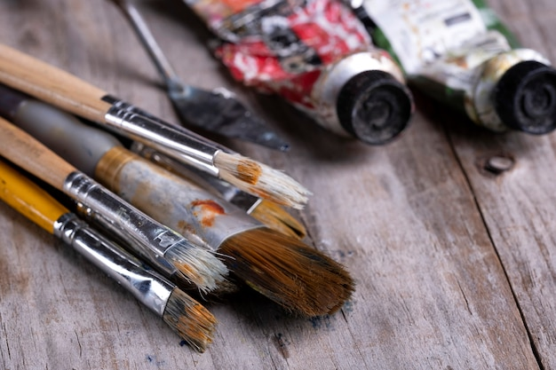 Escovas e tubos de tinta a óleo sobre madeira