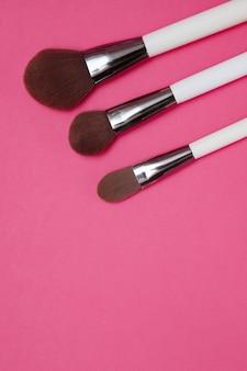 Escovas em um fundo rosa