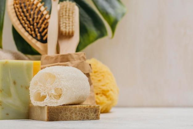 Escovas naturais de madeira e sabonetes copiam espaço
