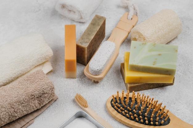 Escovas naturais de madeira e sabonetes de alta visibilidade