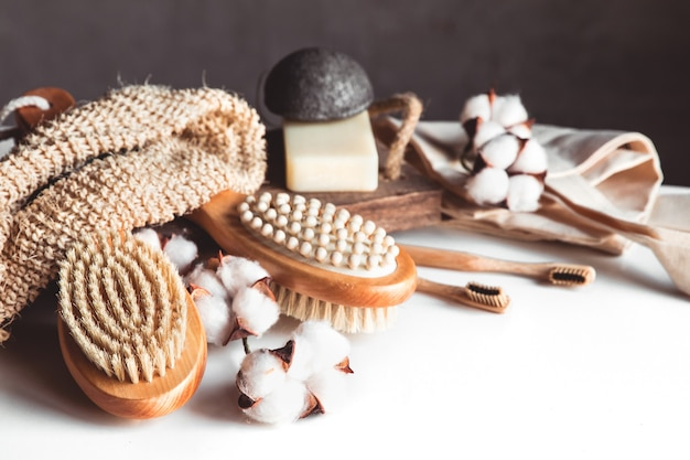 Escovas naturais feitas de madeira e sabão no fundo de concreto, escovas de dente de bambu e escova corporal