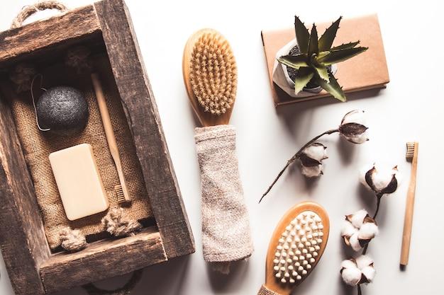 Escovas naturais feitas de madeira e sabão no fundo de concreto, escovas de dente de bambu