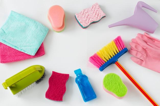 Escovas, panos, regador, esponjas, luvas descartáveis e produtos de limpeza