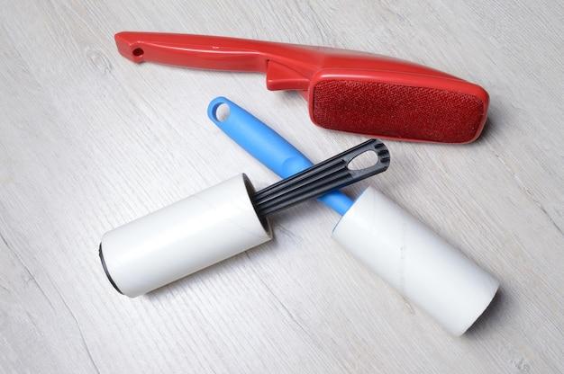 Escovas para limpar roupas. escova pegajosa e com cerdas, deite-se sobre uma bancada de cor clara.