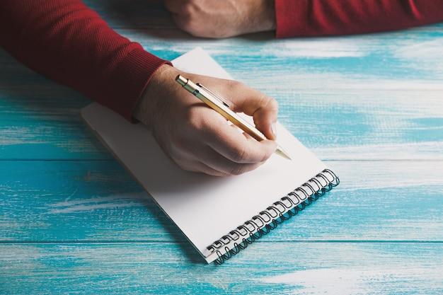 Escreve em um caderno