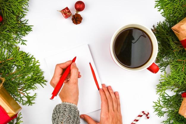 Escreve seus planos para o próximo ano. a tarefa para o próximo ano. seus sonhos e planos. para a realização de seus sonhos. véspera de ano novo.