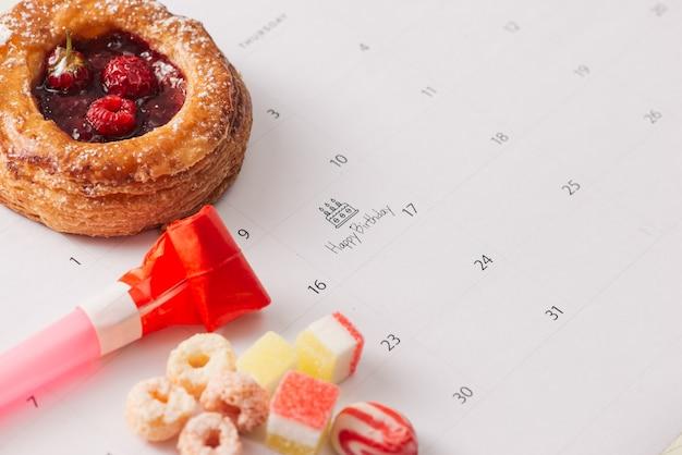 Escrevendo bolo no calendário feliz aniversário