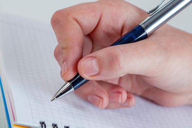 Escrevendo carta para alguém que é tão especial para você, sinta amor, ame alguém
