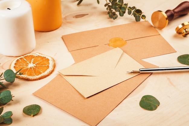 Escrevendo cartão com laranja e velas